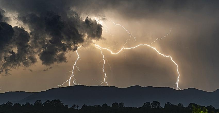 thunder-4963719_1920